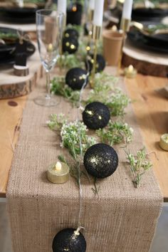 Christmas table: 27 ideas for a natural table decoration - Weihnachten Dekoration Christmas Trends, Christmas Mood, Christmas 2019, Black Christmas, Scandinavian Christmas Decorations, Outdoor Christmas Decorations, Xmas Table Decorations, Decoration Table, Christmas Table Settings