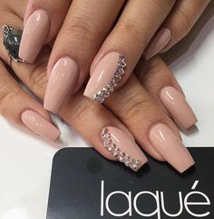 Very nice and discreet manicure, what is not required to do so that you can feel free to take it this season.