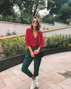 Casual Chic Outfits, Look Casual, Style Casual, My Style, Street Style Shop, Cargo Pants Women, Pants For Women, Red Shirt, Colorful Fashion