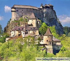 Oravský Hrad, located above the Orava river in the village of Oravský Podzámok, Slovakia. In English it is called Orava Castle, in German Arwaburg and in Hungarian: Árva. Castle Ruins, Castle House, Medieval Castle, Beautiful Castles, Beautiful Buildings, Cool Places To Visit, Places To Go, Castle Parts, Castle Pictures