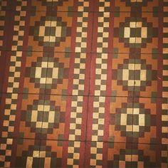 Suelos molones en sitios molones! #mosaicos #pattern #geometric #tw #pin #ceramic #hidraulico #hidrulic lavermut #barcelona