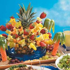 Best fruit salad for party food art palm trees 40 ideas Luau Theme Party, Tiki Party, Luau Centerpieces, Hawaian Party, Fruit Kabobs, Fruit Salad, Fruit Decorations, Luau Birthday, Hawaiian Luau
