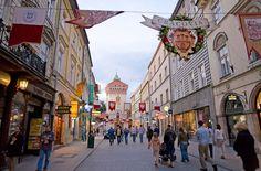 CRACOVIA Tomar al caer el sol un czarna en una terraza en las arcadas del bello edificio renacentista de Lonja de los Paños, que preside el casco antiguo de Cracovia, declarado Patrimonio de la Humanidad