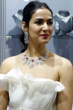 Sonal Chauhan wearing heavy diamond necklace with earrings. Diamond Solitaire Necklace, Diamond Pendant, Diamond Jewelry, Diamond Earrings, Beautiful Bollywood Actress, Beautiful Indian Actress, Levis Style, Bollywood Jewelry, Girl Pictures