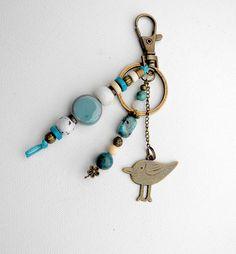 Porte-clés ou bijou de sac, fantaisie bohème chic, en perles en céramique et pierres semi précieuses, bleu grand oiseau