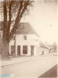 """Naksakov, Klostergade, hjørnehuset nr. 1 På vinduet er skrevet """"Kaffe og Confekturer Telefon 762"""""""