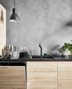 Industriële keuken: door natuurlijke materialen te combineren met modernere elementen krijg je een modern rustieke stijl | IKEA IKEAnederland IKEAnl ASKERSUND deuren fronten essen essenpatroon BOSJÖN keukenmengkraan mengkraan kraan HEKTAR lamp modern rustiek industrieel