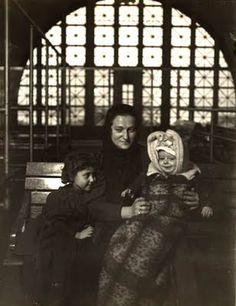 Lewis Wickes Hine - Mona Lisa visits Ellis Island, Italian immigrant mother with child, 1905