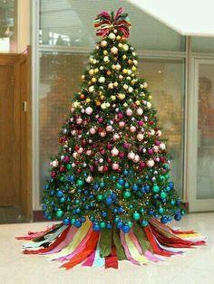 Si este año deseas dar un cambio a la decoración navideña de tu hogar, te tengo excelentes propuestas. El árbol será el mismo pero con otros tonos… que tal multicolor? está muy de moda y luce fantástico. Checa la galería completa.
