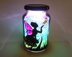 Fada com borboletas pintada em pote de vidro. Feita à mão com tinta relevo e verniz vitral. produto artesanal. iluminação em LED 12V.
