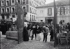 el Rastro.1900. Foto Madrid, Old Pictures, Monochrome, Street View, Photography, San Bernardo, Vintage Photos, Old Photography, Black And White