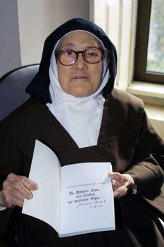 Serva de Deus Lúcia de Fátima, Carmelita Descalça e Vidente de Nossa Senhora de Fátima