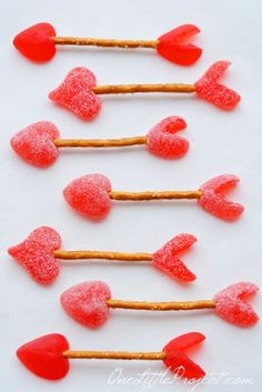 Easy Cupid's Arrow Pretzels - 14 Valentine's Day Treats to Make for Your Loved Ones Valentines Day Food, Valentines Treats Easy, My Funny Valentine, Valentines For Kids, Valentine Day Crafts, Holiday Treats, Valentine Recipes, Valentine Party, Homemade Valentines
