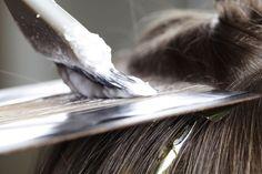 Hidróxido de sódio: saiba como age a química no alisamento ou permanente no cabelo Big Hair, Your Hair, Hair Color Experts, Hair Dye Removal, Salt And Pepper Hair, Permanent Hair Dye, Brown Hair With Highlights, Foil Highlights, Partial Highlights
