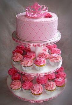 Torta de un solo nivel con cupcakes para una fiesta princesa.