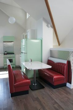 i love the 50 39 s diner look retro pinterest diners kitchens and retro. Black Bedroom Furniture Sets. Home Design Ideas