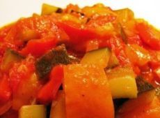 САЛАТ из помидоров и КАБАЧКОВ на зиму Этот вкусный салат мы всегда съедаем очень быстро, поэтому заготавливаем побольше! Вам понадобится:  - 2 кг кабачков  - 2,5 кг помидоров  - 1 кг сладкого зеленого перца - 200 г чеснока - 1 стакан сахара - 1 стакан растительного масла без запаха - 2 столовые ложки соли с верхом - полстакана 9% уксуса. Кабачки нужно нарезать небольшими кубиками. Помидоры с чесноком пропустить через мясорубку, все соединить, добавить соль, сахар, растительное масло…