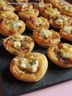 A small idea for an aperitif with caramelized onions, so slightly sweetened with a hint of fresh goat cheese. For about 20 mini tartlets 1 ready puff pastry 3 onions fresh goat cheese (chavroux type) 2 tbsp. Best Appetizers, Appetizer Recipes, Mini Tartlets, Fingers Food, Vegetarian Recipes, Cooking Recipes, Good Food, Yummy Food, Picnics