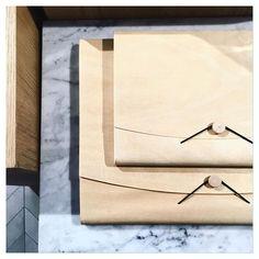 Découvrez les pochettes en bois de balsa @comingb_deco parmi la nouvelle sélection lifestyle des boutiques Marie-Sixtine  #mariesixtine #mariesixtineparis #shopping #lifestyle #woodwork #comingb #paris #marble