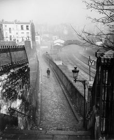 De la rue de Ménilmontant au quai de la Petite Ceinture, Paris. Photo de Willy Ronis, 1948.