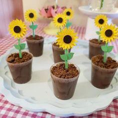 Amei essa ideia 😍😍 #inspiresuafesta #bloginspiresuafesta . Por @arcadachapeu Os queridinhos do momento!! 😍😍😍 #mashaeourso . . . . . . . . . #festamashaeourso #festapersonalizada #copopersonalizados #mashaandurso #mashaandthebearpatty #masha #festamasha #mashaeoursoisf #decoracaomashaeourso #docinhomasha Sunflower Party Themes, Sunflower Birthday Parties, Sunflower Crafts, 1st Birthday Girls, First Birthday Parties, First Birthdays, Forest Baby Showers, Sunflower Baby Showers, Bee Party