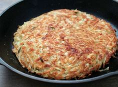 Receita de Batatas suiças - batatas no ralo grosso. Coloque metade em uma frigideira anti-aderente, de borda alta, untada com manteiga/margarina coloque os demais...