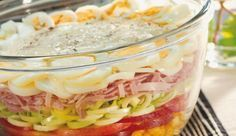 Der Party-Schichtsalat mit knackigem Gemüse, saftigem Schinken und gekochten Ei, hat für jeden Geschmack etwas dabei