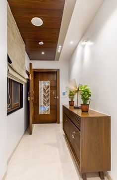A Modern Bungalow in Venice Beach on Inspirationde Door Design Interior, Main Door Design, Wooden Door Design, Entrance Design, Interior Exterior, Ceiling Design Living Room, Bedroom False Ceiling Design, Ceiling Wood Design, Simple False Ceiling Design