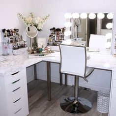 Picking a makeup vanity might be a more difficult task than you think. But believe us, there is nothing impossible with our wise tips. #makeup #makeuplover #makeupjunkie #makeupvanity