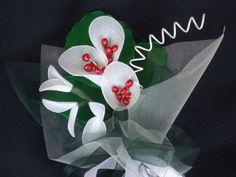Bomboniera con calle bianche e rametti, realizzata a mano con filanca setata, organza e tulle