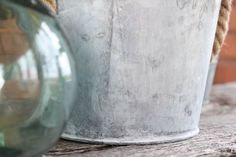 Old galvanized metal can be so beautiful and so full of character. Here's how to age galvanized metal containers quickly using basic household ingredients! Galvanized Wall Planter, Galvanized Metal, Galvanized Buckets, Diy Concrete Planters, White Planters, Bubble Painting, Metal Containers, Diy Plant Stand, Plastic Bins