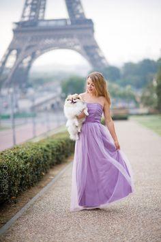 Париж блондинка сиреневое платье в пол шпиц эйфелева башня платье в руке девушка с собакой собака прогулка гулять с собакой