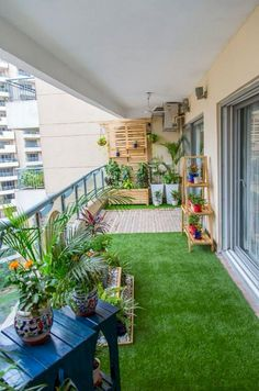 75 Cozy Apartment Balcony Decorating Ideas In a city apartment, in a high-rise building, the land is removed from you. And having laid on a balcony a green rug, you receive a lawn – right within walking distance! Small Balcony Decor, Small Balcony Garden, Small Balcony Design, Terrace Design, Terrace Garden, Garden Design, House Design, Balcony Ideas, Outdoor Balcony