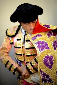 Spanish Matador Fernando Robleno prepares to take part in a bullfight. Matador Costume, Folk Costume, People Of The World, Textures Patterns, Vintage Posters, Spanish, Vintage Outfits, Style Inspiration, Running