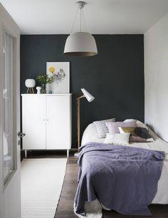 Makuuhuoneessa on pehmeä väritys. Yhteen seinään tehtiin harmaalla Tunto-maalilla struktuuripinta. Se on tehty niin, että lastan vedot näkyvät. Ikkunaovet ostettiin kierrätyskeskuksesta, Filly-valaisin on Timon suunnittelema, paperinarumatto on Woodnotesin ja kattovalaisin Habitatin.