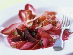 Mit diesem Salat bekennt Ihr definitiv Farbe. Rote Bete-Rhabarber-Salat mit Parmaschinken - smarter - Zeit: 20 Min. | eatsmarter.de