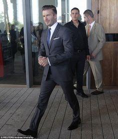david beckham in suit photoshoot David Beckham Suit, David Beckham Style, Mens Style Guide, Men Style Tips, Stylish Men, Men Casual, Mens Fashion Blog, Style Fashion, Fashion Tips