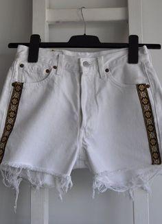 Kup mój przedmiot na #vintedpl http://www.vinted.pl/damska-odziez/szorty-rybaczki/18481401-levis-biale-postrzepione-spodenki-jeans-dzins-guziki-wysoki-stan-high-waist-denim-diy-lampasy-s