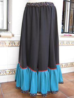 Falda para Tribal, o Flamenco Arabe, tiene bastante vuelo, y el volante en contraste hace un efecto muy bonito.