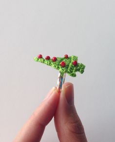 christmas tree ring made with crochet thread and seed beads. Free pattern.