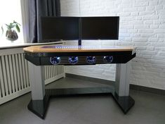 Rarely do you see a good computer desk available in the stores. Pascal de Greef decided to create his very own incredible adjustable computer desk mod.