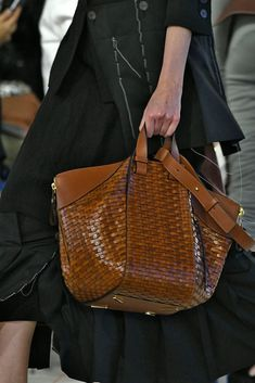 Vintage Bags The Seven Best Bags of Paris Fashion Week - Loewe We love a woven bag for the summer, but it can - The New York Times Fashion Bags, Paris Fashion, Fashion Trends, Tote Handbags, Leather Handbags, Leather Bags, Soft Leather, Sacs Design, Large Leather Tote Bag