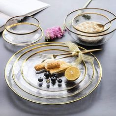 Clear Plates, Plates And Bowls, Comment Dresser Une Table, Classic Dinnerware, Modern Dinnerware Sets, Dinnerware Designs, Black Dinnerware, Dining Plates, Dish Sets