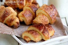 Seguendo questa ricetta, otterrete dei Cornetti alla Ricotta golosissimi per la colazione di tutta la famiglia. Facilissimi da preparare.