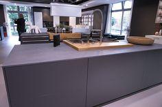 graue Küche -graue Arbeitsplatte