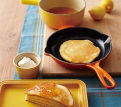 【ホットケーキとレモンジャム】キメの細かいふわふわ生地のホットケーキと甘酸っぱいレモンジャムが上品な味わい。 お子様のおやつにもオススメです。  http://lecreuset.jp/community/recipe/hotcake_and_lemonjam/