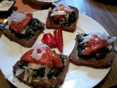 Duszony szpinak z czosnkiem, cebula, czosnek, pomidor, czarny chleb, chilly na zagryzkę. - 600 kcal