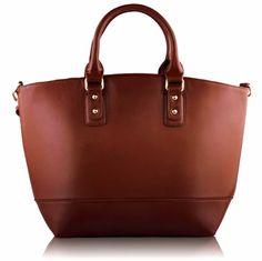Τσάντα σε καφέ χρώμα απο τεχνητό δέρμα (Art PU Leather), η οποία διαθέτει λουρί για κρέμασμα στον ώμο και κλείνει με φερμουάρ. Εσωτερικά έχει φόδρα με τρείς θήκες, εκ των οποίων η μία με φερμουάρ. Διαστάσεις: 32x14,5x30 εκ. Κωδικός: HF9 www.helenfashion.gr