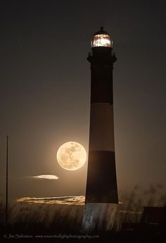 Full Moon Rising Jim Sabiston's Essential Light Photography lighthouse - The rectangles of the lighthouse, and the moon or (circle) really give a lot of geometric shapes in this image. Full Moon Rising, Moon Rise, Moon Moon, Blue Moon, Lighthouse Pictures, Lighthouse Quotes, Shoot The Moon, Moon Pictures, Full Moon Photos