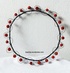 with wild berries and some wire, beautiful effect! Acorn Wreath, Wire Wreath, Wire Crafts, Metal Crafts, Berry Wreath, Welcome Wreath, Stage Decorations, Autumn Wreaths, Wire Art